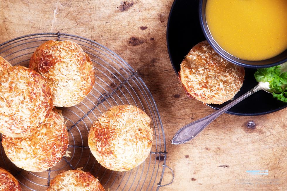 Emmer-Parmesan-Scones Mit Getrockneten Tomaten Zur Gemüsesuppe