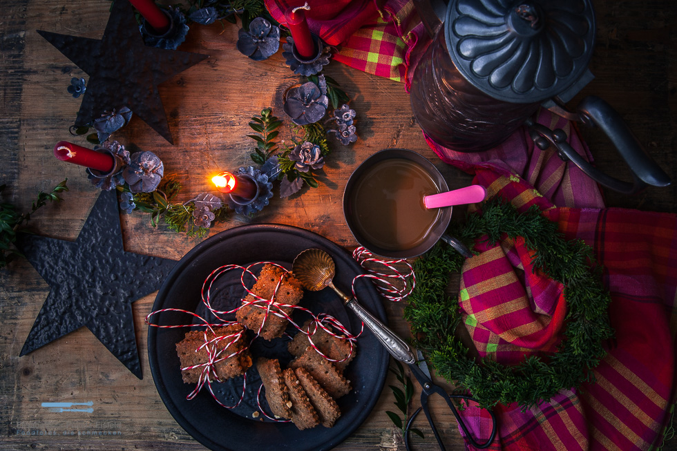 Haselnuss-Gewürzkekse Inklusive Tischdekoration Zu Weihnachten (Werbung)