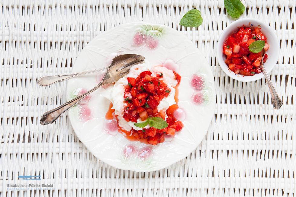Baiser Mit Erdbeeren-Salsa