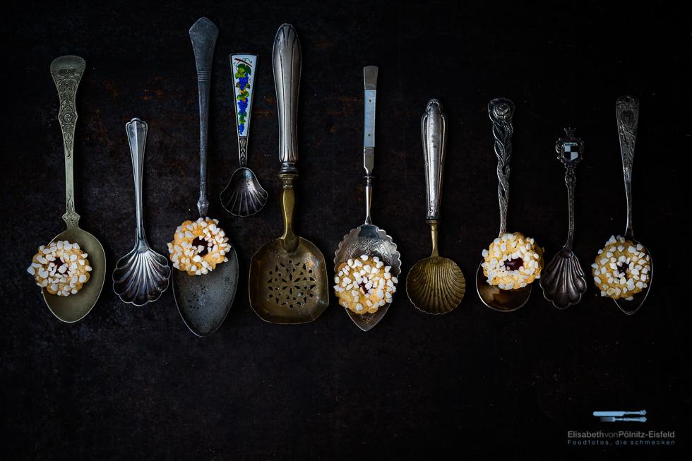 Antike Löffel mit Keksen, kunstvoll dekoriert im professionelle Foodfotografie Workshop.
