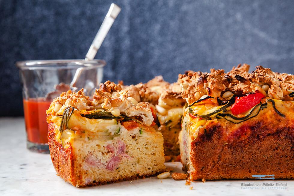 Kuchen, Angeschnitten Mit Zucchini Und Tomaten
